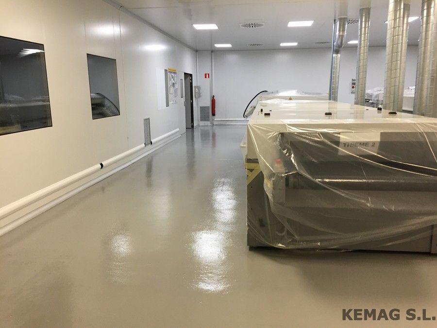 al disponer de un pavimento epoxi continuo con terminacin en pintura epoxi tenemos una superficie sin juntas impermeable e higinica gracias a su