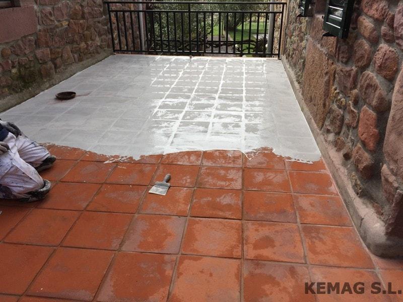 con el fin de mejorar los suelos y evitar retirar la plaqueta que se encontraba en buen estado de adherencia se ha optado por aplicar sobre la