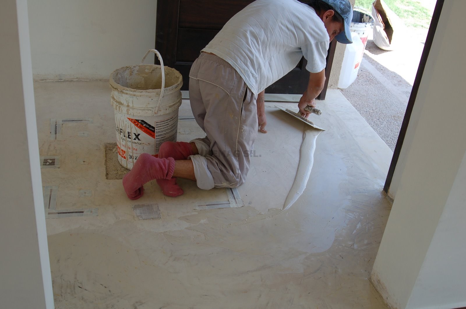 Aplicar capa acabado microcemento kemag pavimentos - Microcemento para paredes ...